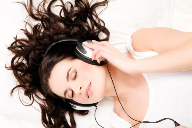 headphones_girl-e1278866695326